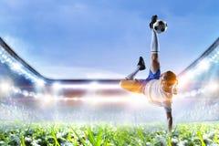 Футболист на стадионе в действии r стоковые изображения rf
