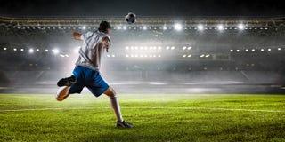 Футболист на стадионе Мультимедиа стоковое изображение rf