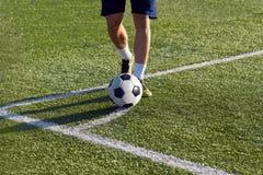 Футболист подготавливает поразить угловой удар на цели Стоковая Фотография RF