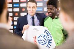 Футболист представляя для прессы стоковая фотография rf