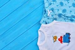 Футболка младенца, брюки, космос экземпляра стоковое фото rf