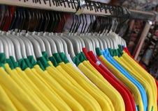 Футболки футбола для продажи в спортивном магазине Стоковые Изображения RF