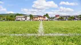 Футбольное поле с фокусом на боковой линии, предпосылкой с космосом экземпляра для текста Стоковые Изображения RF