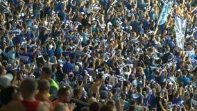 Футбольные болельщики вертясь шарфы в поддержку национальной команды, организованной группы акции видеоматериалы