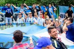 Футбольные болельщики главной улицы Nikolskaya футбольной команды Аргентины стоковые изображения