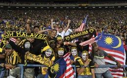 Футбольные болельщики Малайзии с флагом стоковое изображение