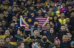 Футбольные болельщики Малайзии с флагом стоковая фотография