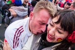 Футбольные болельщики наблюдают футбольный матч между русским nationa Стоковое Фото