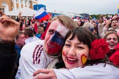 Футбольные болельщики наблюдают футбольный матч между русским nationa Стоковое Изображение