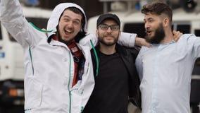 Футбольные болельщики празднуют победу на улицах конца-вверх Европы Люди счастливы сток-видео