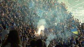 Футбольные болельщики развевая флаги, огонь комплекта на стойках, организовали группа поддержкиы, медленн-mo акции видеоматериалы