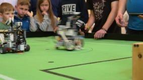 Футбольные команды роботов состязаясь видеоматериал