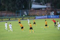 Футбольные команды Desna Chernihiv и Александрия играют футбольный матч стоковое изображение