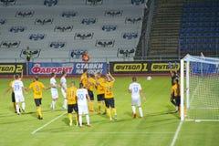 Футбольные команды Desna Chernihiv и Александрия играют футбольный матч стоковые изображения