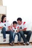 Футбольный матч радостной семьи наблюдая на televisio Стоковое Изображение