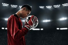 Футбольный мяч владением голкипера футбола Стоковая Фотография RF