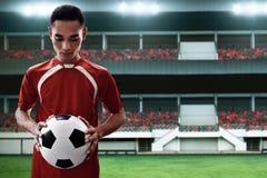 Футбольный мяч владением футболиста стоковые фото