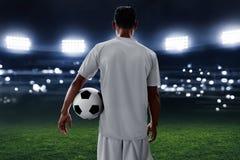 Футбольный мяч владением футболиста стоковые изображения