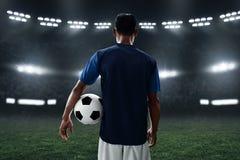 Футбольный мяч владением футболиста стоковое фото rf