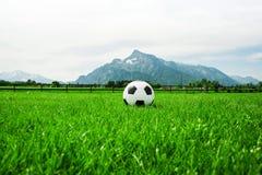 Футбольный мяч Зальцбург Австрия, футбол на лете untersberg внешнем Стоковое Фото
