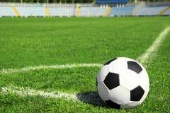 Футбольный мяч на свежей зеленой траве футбольного поля стоковое фото rf