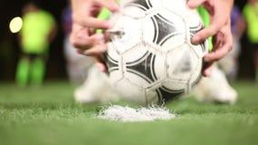 Футбольный мяч помещенный на пятне штрафа зеленого поля футболистом конец вверх акции видеоматериалы