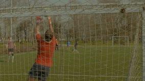 Футбольный мяч пылая вне поперечина после пинка сток-видео