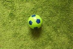 Футбольный мяч футбола на траве зеленый имитировать поверхности искусственной Резвит фотография Стоковые Фото