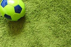 Футбольный мяч футбола на траве зеленый имитировать поверхности искусственной Резвит фотография Стоковые Изображения RF
