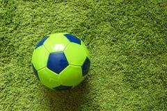 Футбольный мяч футбола на траве зеленый имитировать поверхности искусственной Резвит фотография Стоковое Изображение RF