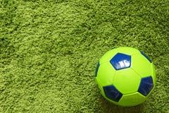 Футбольный мяч футбола на траве зеленый имитировать поверхности искусственной Резвит фотография Стоковое Фото