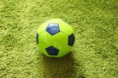 Футбольный мяч футбола на траве зеленый имитировать поверхности искусственной Резвит фотография Стоковые Изображения