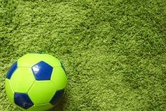 Футбольный мяч футбола на траве зеленый имитировать поверхности искусственной Резвит фотография Стоковые Фотографии RF