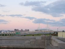 Футбольный стадион на речном береге рядом с мостом стоковые фотографии rf