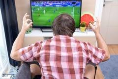 Футбол вахты поклонника футбола в ТВ Стоковые Фотографии RF