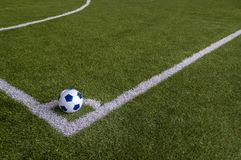 Футбол в угле искусственного поля травы Стоковое Изображение RF