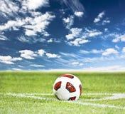 футбол зеленого цвета травы шарика стоковое изображение
