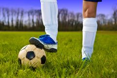 футбол игрока ног шарика