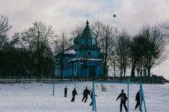 Футбол игры школьников в зиме Стоковые Изображения