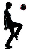 футбол мальчика жонглируя одним детенышем подростка футбола Стоковое Изображение RF