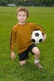 футбол мальчика шарика Стоковая Фотография