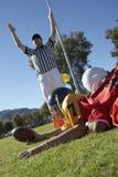 футбол над судья-рефери игрока сигнализируя приземление Стоковая Фотография
