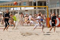 футбол пинком велосипеда пляжа Стоковое Изображение