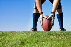 футбол получая введение мяча в игру готовым Стоковое Фото