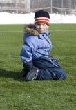 футбол поля мальчика сидит Стоковое фото RF