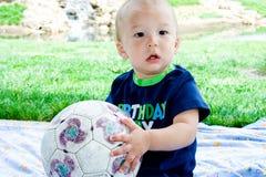 футбол портрета шарика младенца стоковое изображение