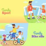Футбол семьи и катание велосипеда с папой и детьми Стоковое Изображение