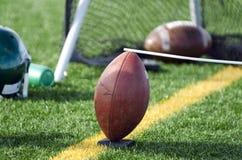 Футбол с пинать держатель на боковой линии поля Стоковое Изображение RF