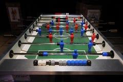 Футбол таблицы в баре без темноты людей стоковое фото rf