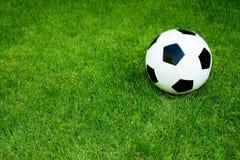 футбол травы шарика Стоковое Изображение RF